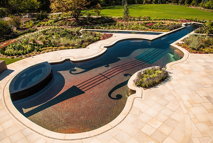 Πισίνα στο σχήμα ενός Stradivarius βιολί