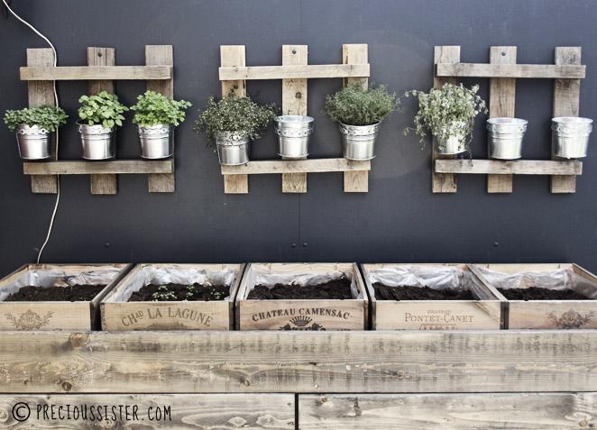 Λαχανόκηπος στο μπαλκόνι από παλέτες και καφάσια