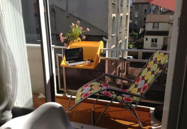 Έξυπνες ιδέες μπαλκονιού με έπιπλα και γλάστρες για εξοικονόμηση χώρου12