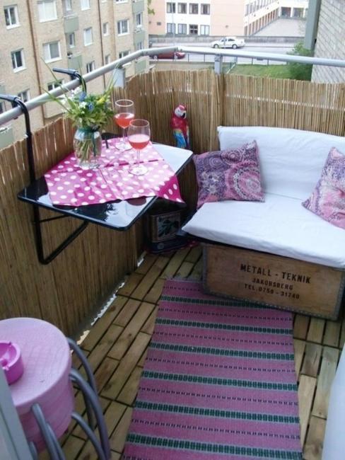 Έξυπνες ιδέες μπαλκονιού με έπιπλα και γλάστρες για εξοικονόμηση χώρου15
