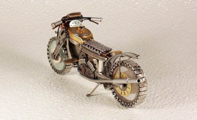 Dmitriy-Khristenko-motocykle-zo-starych-hodiniek-4