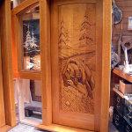Ξύλινη πόρτα με αρκούδα σε κυνήγι σολομού