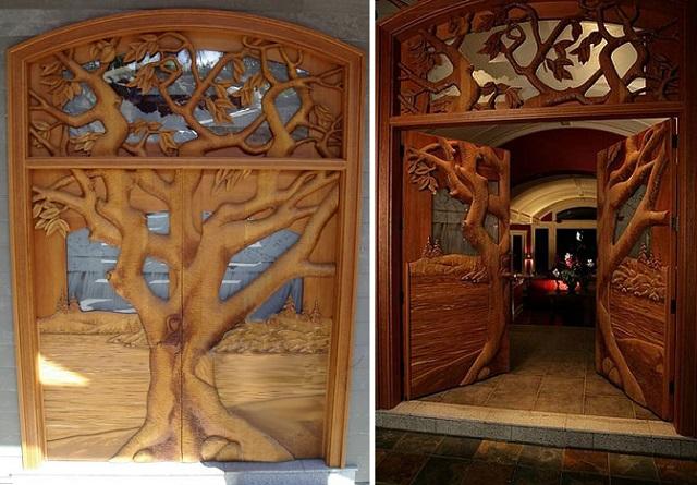 Ξύλινη πόρτα με δέντρα