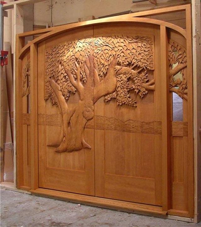 Ξύλινη πόρτα με δέντρο