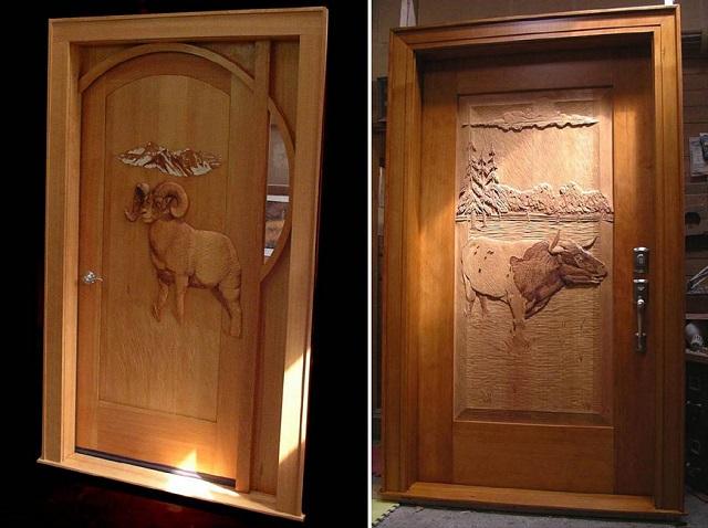 Ξύλινη πόρτα με κριός και ταύρο