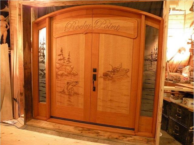 Ξύλινη πόρτα με ψάρεμα σολομού