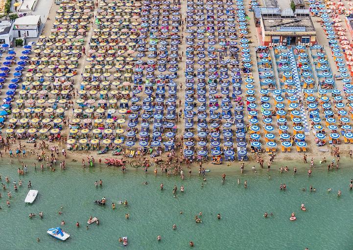 Αμμουδιά με ομπρέλες9