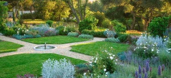 Κήπος με διαδρόμους από και βότσαλα και δέντρα