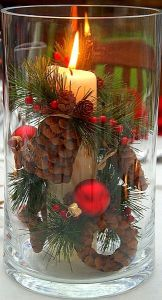 Κερί και κουκουνάρι μέσα σε ποτήρι