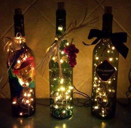 Χρωματιστές μπάλες και φωτάκια σε μπουκάλια κρασιού