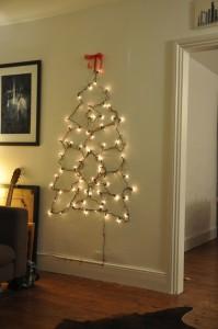 χριστουγεννιάτικο δέντρο τοίχου από κρεμάστρες5