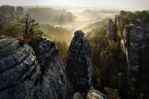 Πάνω από τους βράχους του δάσους