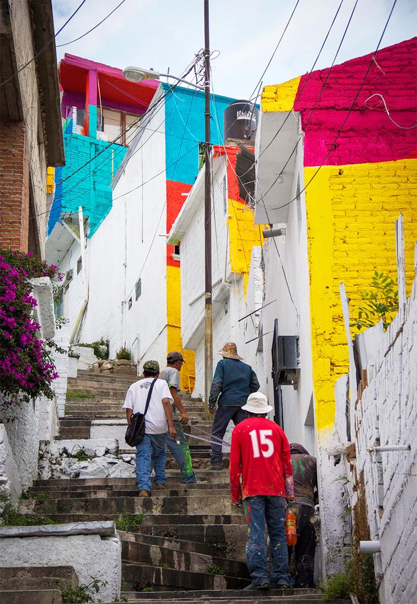 Μεξικάνικη γειτονιά μετατρέπετε σε μια τεράστια τοιχογραφία ουράνιου τόξου 5